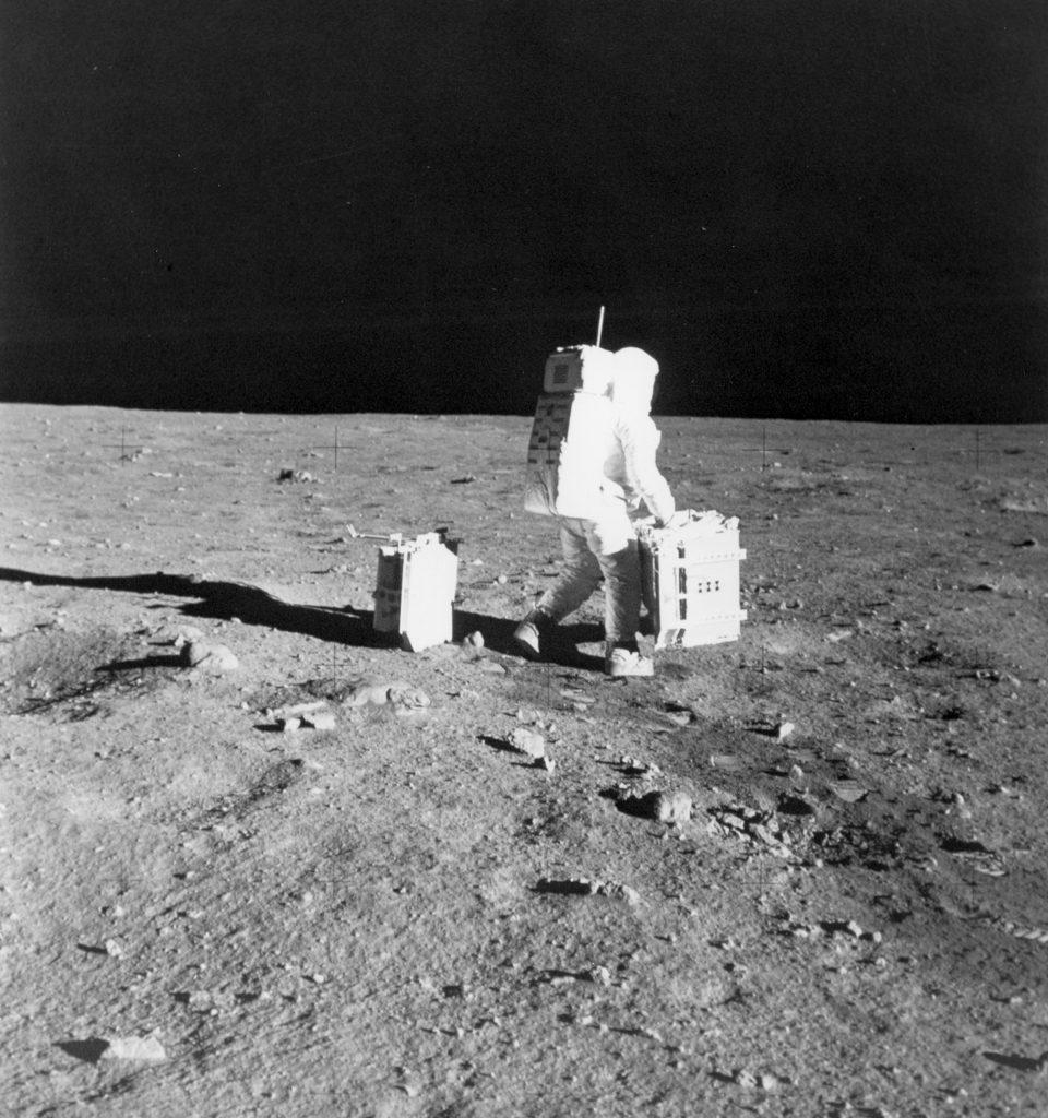 Buzz Aldrin allestisce il primo pacchetto di esperimenti scientifici dell'Apollo © Archivio NASA
