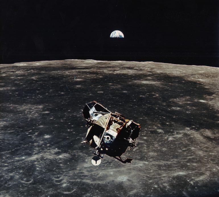 La missione Apollo 11 lanciata dal Kennedy Space Center (KSC) in Florida attraverso il Marshall Space Flight Center (MSFC) ha effettuato il lancio del veicolo Saturn V il 16 luglio 1969 e il 24 luglio 1969 è tornata sulla Terra in sicurezza. Fase di salita prima dell'aggancio con CSM (Modulo di Comando e Servizio) © Archivio NASA