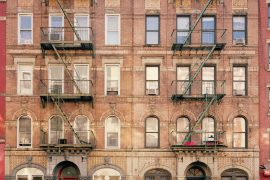 "St.Mark's Place. Il fotografo Peter Corriston cercava un edificio simmetrico con dettagli interessanti per scattare la foto di copertina del sesto disco dei Led Zeppelin, ""Physical Graffiti""."